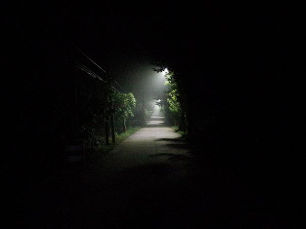 红星大街尽头的篮球场,晚上空无一人。