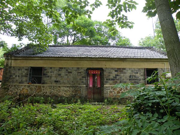 龙路边边的老房子,青砖青瓦,门上的对联却是新的