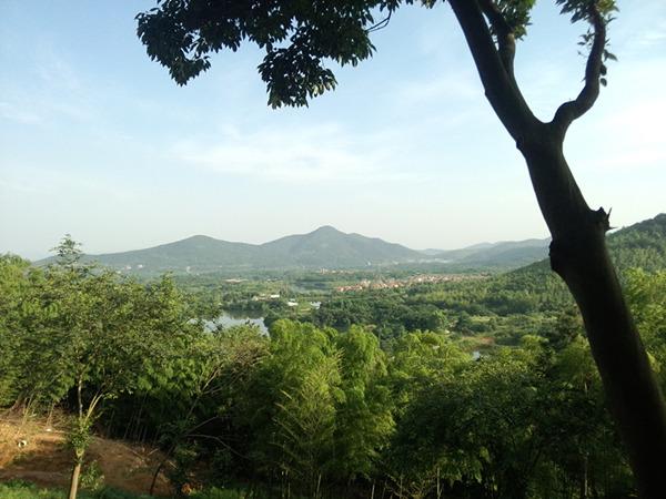 远去的甘泉湖,由三片湖面组成,拍摄点在龙山上。