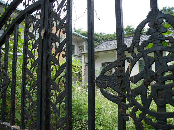 龙山林场内废弃的院落,门庭禁闭,杂草丛生