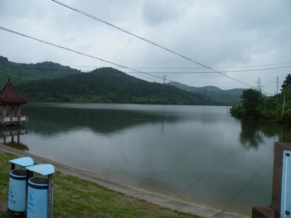 龙山水库,因为天气的缘故,阴沉沉的。